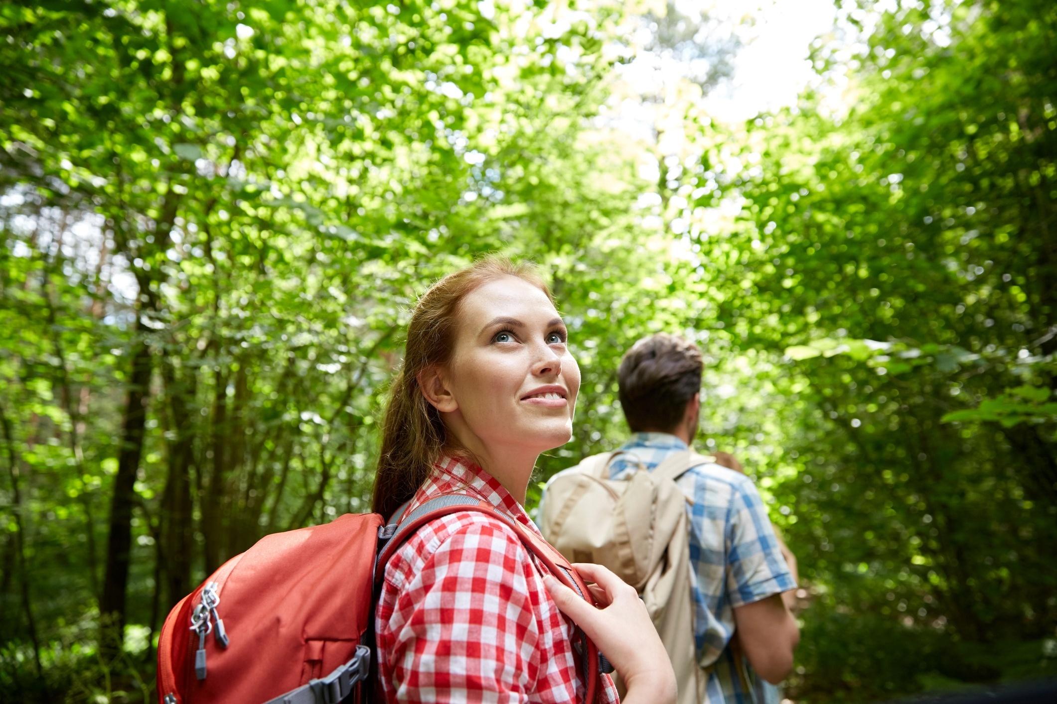 Mladá žena na výletě v přírodě